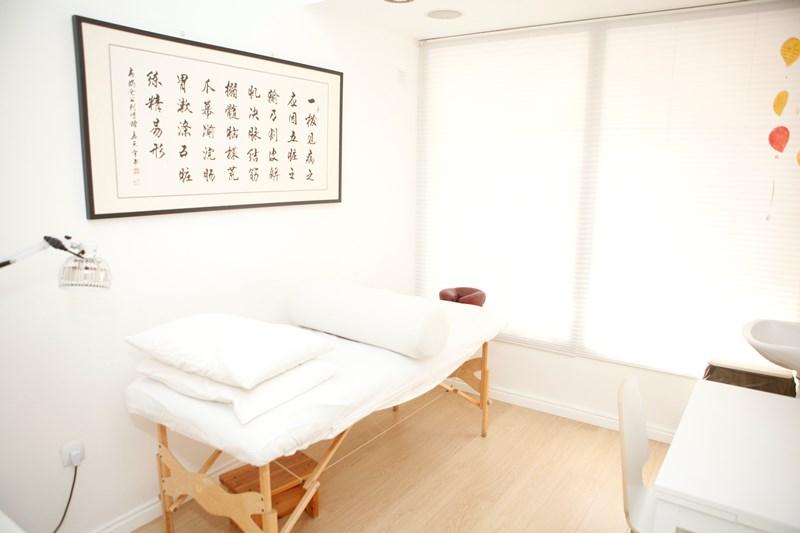 מיטת טיפול בחדר לרפואה טבעית בקליניקה